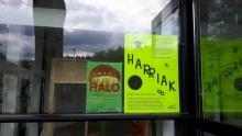 Foto carteles HALO y HARRIAK en sala de exposición ARENATZarte, Güeñes